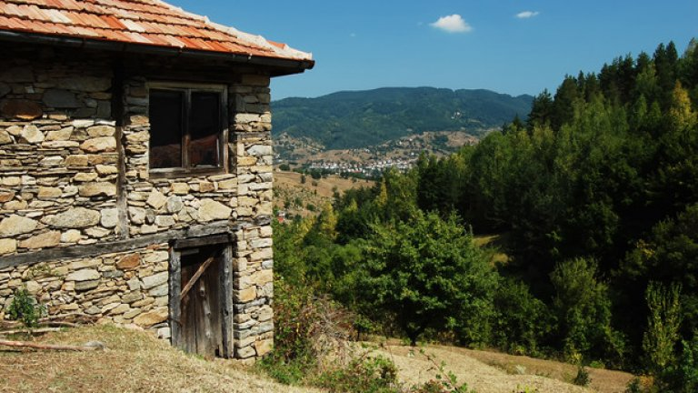 Една от изоставените къщи в близост до обредната сграда. Когато животът напусне дадено място, с него си отива и смъртта