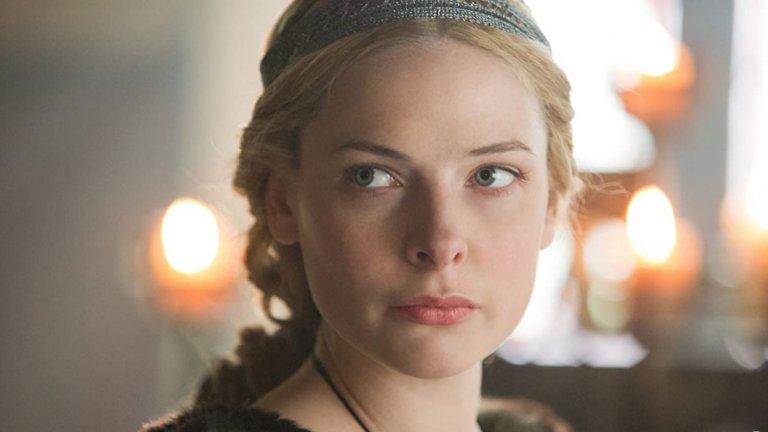"""Ледената кралица Историческият минисериал на BBC """"Бялата кралица"""" тръгва през 2013 г. и разказва за най-драматичните и бурни времена в английската история - през XV век, преди династията на Тюдорите да управлява страната. В нея Фъргюсън влиза в ролята на безпощадната Елизабет Уудвил, готова да манипулира, прелъстява и извършва какво ли не по пътя си към английския трон, а за ролята си тя съвсем заслужено получава и номинация за """"Златен глобус""""."""