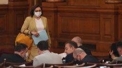 Дебатите в парламента се превърнаха в спор по темата кой носи маска и кой прокарва лобистки закони