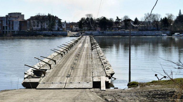 Военният потонен мост е единствената връзка на Персин със сушата. На снимката: поглед от острова към града