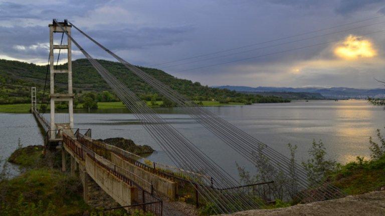 Мостът при село Лисиците е най-дългият въжен мост в страната - две групи от по 20 стоманени въжета държат 260-те метра дъски, опънати над водната повърхност