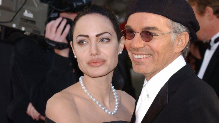 """Били Боб Торнтън се """"заигра"""" с Анджелина Джоли и остави Лора Дърн  Торнтън и Дърн са двойка в края на миналия век, но всичко между тях приключва, когато актьорът снима филм с по-младата с 20 години от него Анджелина Джоли. Авантюрата е последвана от бърз брак между двамата, а останалата сама Дърн определя поредицата от събития като """"внезапна смърт"""".   """"Напуснах дома ни, за да работя по филм, а докато ме нямаше, приятелят ми се беше оженил и повече не чух нищо от него"""", разказва актрисата пред списание Talk малко по-късно. Година след това Торнтън коментира, че в крайна сметка случилото се е направило него и някой друг (Анджелина) щастливи и """"съжалява, че е причинило болка"""". Бракът му с Анджелина приключи през 2002 г., подобно на предните му четири (първият развод отново се дължи на изневяра от негова страна, така че май му е навик).  А всички помним и слуховете, които последваха след раздялата на Брад Пит с Дженифър Анистън и неговата връзка с колежката му от """"Мистър и мисис Смит"""". Слухове, които самата Анистън отрича с аргумента, че никога не би имала връзка с женен мъж. И това отново ни връща на Торнтън и факта, че по време на снимките на филма му с Джоли той няма халка на пръста си."""