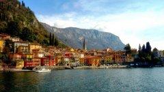 Само на 50 км от Милано, езерото Комо е най-дълбокото езеро в Италия и третото по големина. Характерна за него е специфичната форма на обърнато Y. Климатът е много благоприятен, мек и влажен, на него се дължи и впечатляващата изобилна растителност.