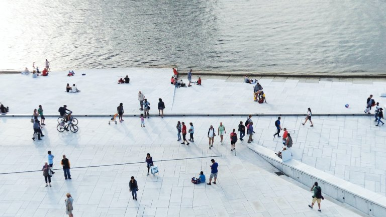 """Осло, Норвегия За да обезсърчи ползването на лични автомобили, Осло още през 2019 г. започва да премахва паркоместа в сърцето на града. Вместо тях се появяват велоалеи и пешеходни алеи, повече зелени площи и по-удобен градски транспорт, който води до най-важните точки в града. Улиците, които са лишени от паркоместата, пък са специално подбрани така, че като цяло потокът от автомобили към тях да намалее, след като нямат къде да спрат.   Плановете за тотална забрана на колите в центъра на Осло си остават. Немалка част от превозните средства на градския транспорт вече са заместени от електрически, но рестрикциите за автомобили, както посочват от """"Гардиън"""", ще включват и електромобилите. И в момента 64 на сто от жителите на града предпочитат или градския транспорт, или ходенето пеш, що се отнася до придвижването в центъра."""