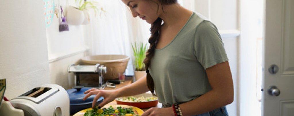Научете се да готвите Пет манджи са достатъчни. Нека обаче бъдат петте най-вкусни, които някога сте опитвали. Станете майстор в приготвянето им и добавете някой изцяло ваш елемент.