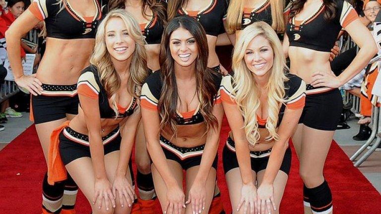 Ето ги момичетата на Анахайм. Така се посрещат феновете пред залата, нека има настроение още преди хокейните страсти.