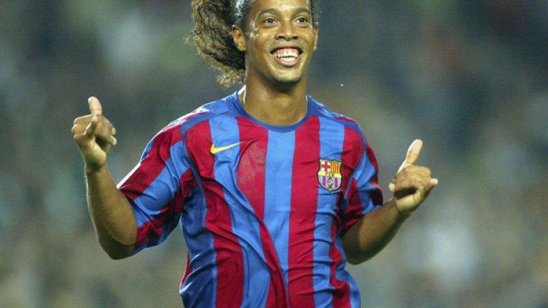 """Роналдиньо Бразилецът беше истинска легенда на """"Камп ноу"""" и феновете го боготворяха заради головете, асистенциите му и невероятните му умения. По времето на Рийкард той беше суперзвездата на каталунците, но след идването на Гуардиола формата му спадна и бе продаден на Милан."""