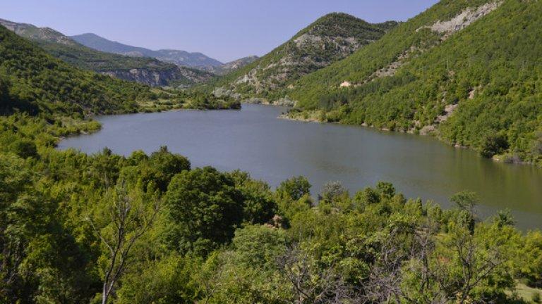 На отсрещния бряг, много близо до село Ненково, започва тясна пътечка, успоредна на реката. Тя лъкатуши покрай язовира, докато не ви изведе на поляните в подножието на крепостта Патмос.