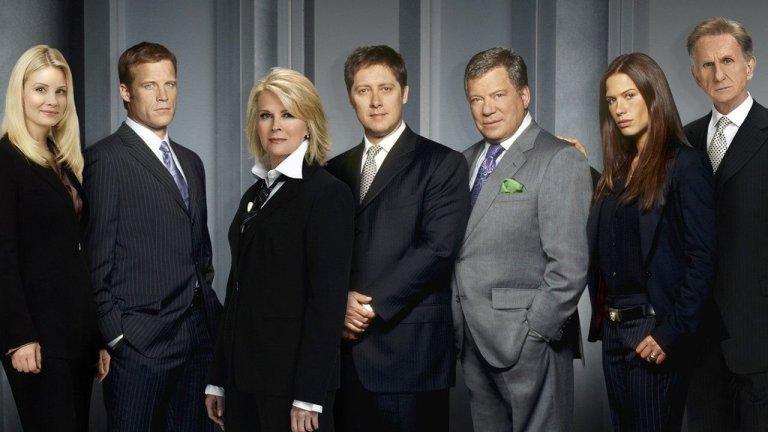 """Boston Legal / """"Адвокатите от Бостън""""  Като става въпрос за динамика между героите, интересна история и наистина интригуващи морални дилеми, малко сериали могат да стъпят и на малкия пръст на Boston Legal. Джеймс Спейдър и Уилям Шатнър са великолепни като ексцентричните, морално сиви адвокати от бостънската адвокатска компания """"Крейн, Пуул и Шмит"""". Този адвокатски сериал днес не би могъл да излезе в същия вид по никакъв начин, нито да придобие такъв успех. Затова и в него има някакъв чар. Да, героите са пълни сексисти, чието поведение преминава много дълбоко границата на сексуалния тормоз, но същевременно с това представя многопластови персонажи, сложни казуси и показва истинската морална страна на адвокатската професия - и как понякога се налага да бъдат защитавани виновни хора. И да, речите на героя Алън Шор са повече от великолепни."""
