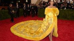 """""""Мет Гала"""" е сред най-големите модни събития в Ню Йорк през май. Тази година роклята на Риана събра очите на всички. Тя носеше царствен шлейф със златни флорални бродерии, обшити с кожа. Цялтото това произведение на изкуството беше толкова дълго, че трябваше трима души да го носят по стълбите на музея. Не тя обаче открадна славата на вечерта"""