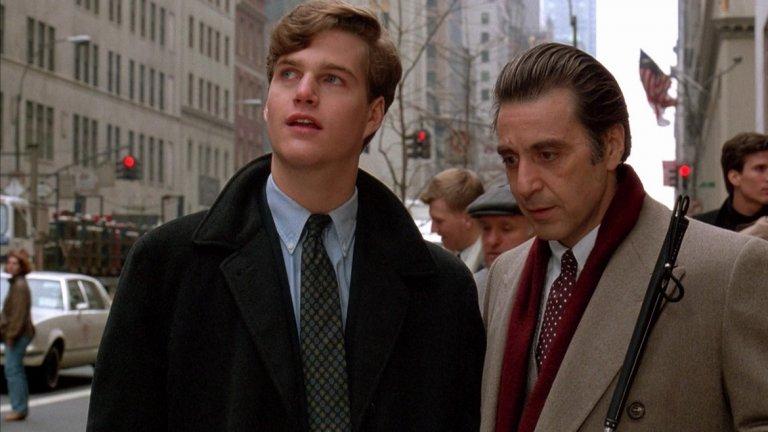 """Scent of a Woman/ Усещане за жена - Мартин Брест   Един от най-драматичните и запомнящи се образи на Ал Пачино, който му носи """"Оскар"""" за главна мъжка роля като слепия Франк Слейд. Всъщност филмът е римейк на """"Ухание в мрака"""" от 1974-а.  Пачино се подготвя с месеци за ролята. Дори когато не е пред камерата, той се разхожда с бяло помощно бастунче, за да не излиза от образа си. Само сцената, в която той танцува танго с Габриел Ануар, отнема две седмици репетиции и три дена заснемане. Усилията на Ал Пачино и останалия актьорски екип, както и режисурата на Брест ни карат с удоволствие да гледаме """"Усещане за жена"""" отново без да ни омръзва."""
