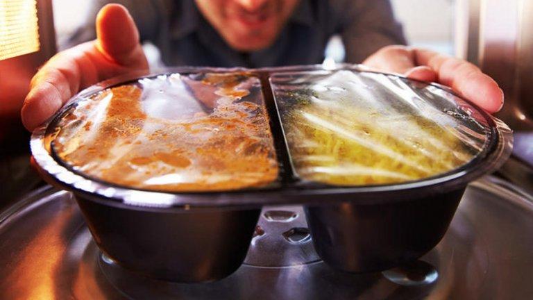 2. Пакетирана храна с малко мазнини. Мазнините помагат на организма да абсорбира хранителните вещества. Така че ако си купите дресинг за салата, имащ малко мазнини, то ще поемете и по-малко хранителни вещества. По-добре използвайте зехтин, а и е по-вкусно.