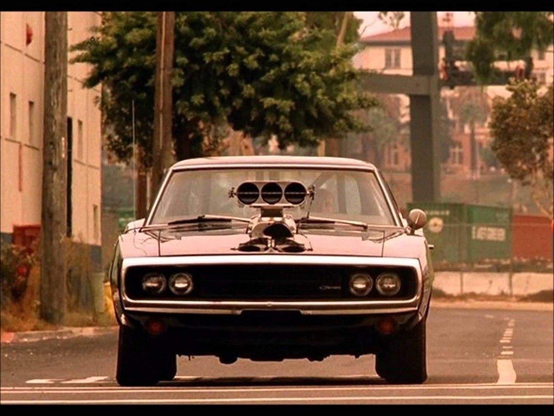 """Dodge Charger, """"Бързи и яростни""""   Този Dodge е истинска филмова звезда и може да бъде видян в класики като сериала """"Кралете на хаоса"""" и филма с Питър Фонда """"Dirty Mary, Crazy Larry"""". През 2000 г. Charger отново завладява големия екран, този път в първия филм от франчайза """"Бързи и яростни"""". Именно с тази страхотна машина в черно с огромни гуми избира да се състезава героят на Вин Дизел.    Моделът е от поколението, произведено през 1970 г., и може да се похвали с 390 конски сили и максимална скорост от 320 км/ час. А ако много искате да карате звяр като този, Dodge Charger може да бъде намерен на аукциони на цена от 60 до 120 хил. долара."""