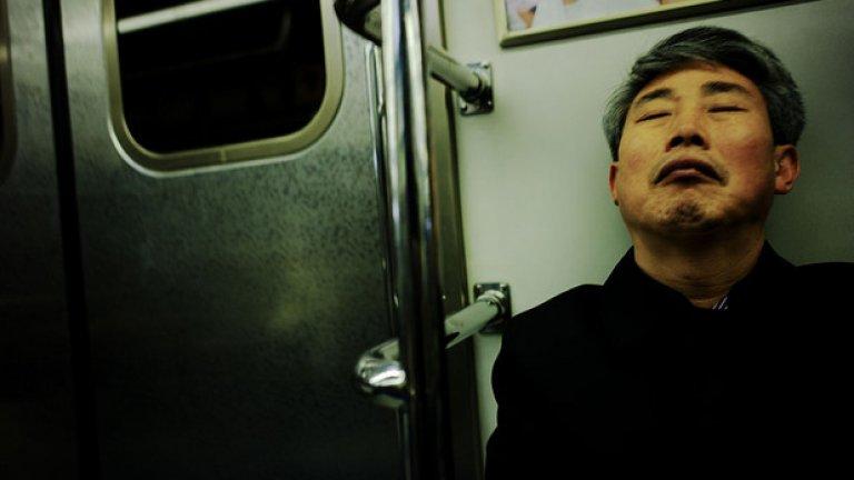 """Японците спят навсякъде, защото са много заети хора. Напълно нормално е да видиш някой, който спи в градския транспорт и влака, но също така и в офиса. Този тип дрямка се нарича """"инемури"""" и е нещо съвсем обичайно и срещано всеки ден."""