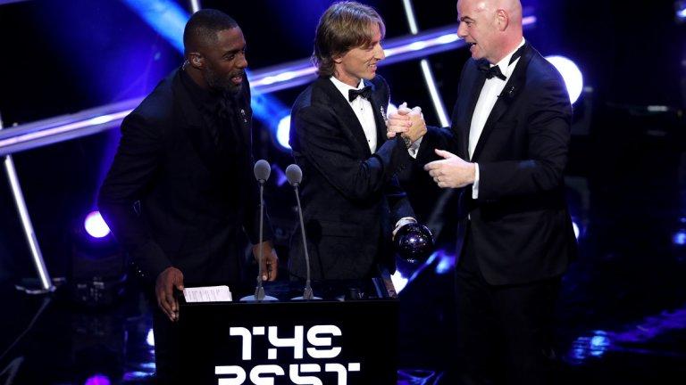 Модрич получава наградата си от президента на ФИФА Джани Инфантино. До тях е водещият на церемонията - актьорът Идрис Елба