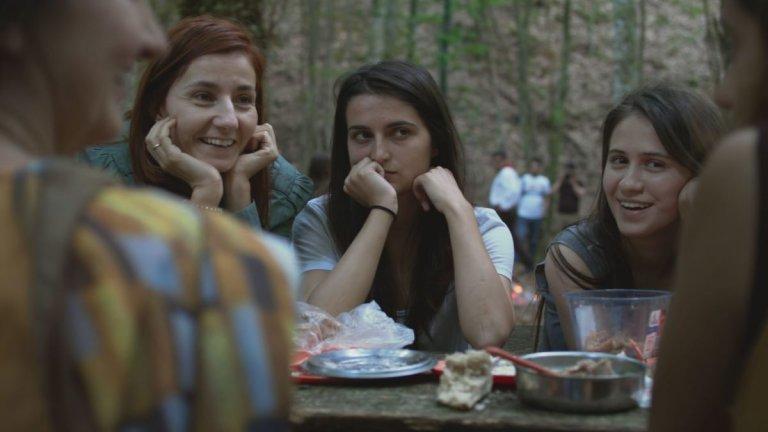 """""""Жените наистина плачат"""" Българската лента, която беше представена на Фестивала в Кан, разказва за живота на 5 жени. На вид те изглеждат като средностатистическите жени у нас, които проучванията цитират, но, запознавайки се с историите на героините, разбираме, че всяка от тях крие неудобна за обществото тайна. И не им е никак лесно да живеят в мир със себе си и да преглъщат предразсъдъците на околните на фона на отхвърлената Истанбулска конвенция в България и все по-ширещите се обвинения срещу """"джендър идеологията""""."""