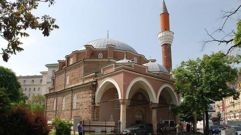 Джамиите и католическите храмове у нас отмениха общите молитви