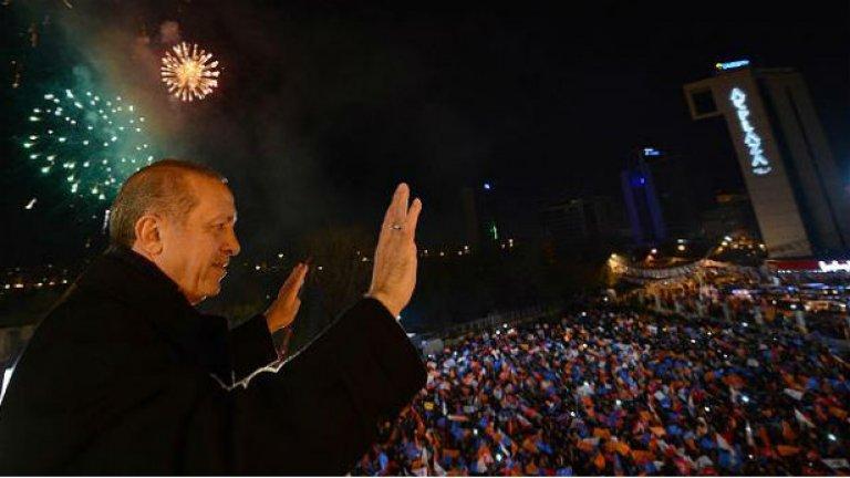 Партията на турския премиер води убедително на местния вот в страната