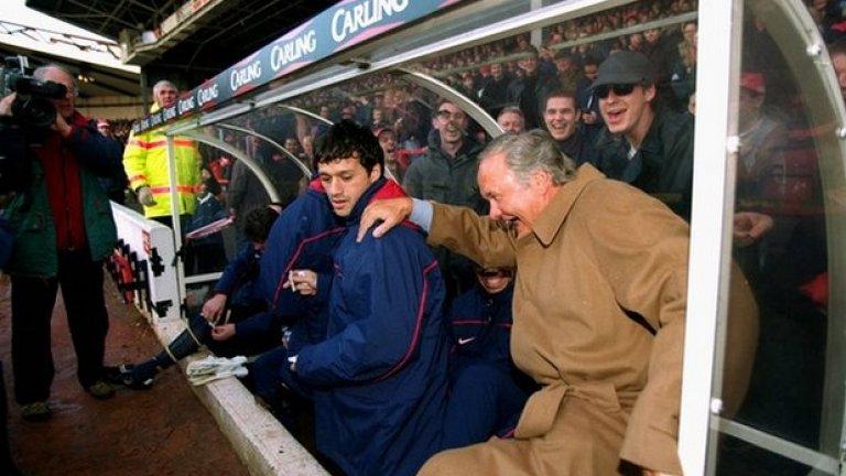 """4. Рон Аткинсън, Ковънтри. През 1995-а той спаси Ковънтри, а на следващия сезон стана футболен директор. Неговият пост зае Гордън Страхан. Аткинсън се върна в мениджърската  професия след 12 месеца и оглави Шефийлд Уензди. Начело на Нотингам Форест стана известен с това, че в първия кръг от сезона седна на грешната скамейка: """"Огледах се и покрай мен седяха Патрик Виейра и Денис Бергкамп, а после се зачудих как е възможно да сме на дъното в класирането с подобни футболисти?"""", спомня си Рон. От септември 1996-а Ковънтри смени 14 мениджъри."""