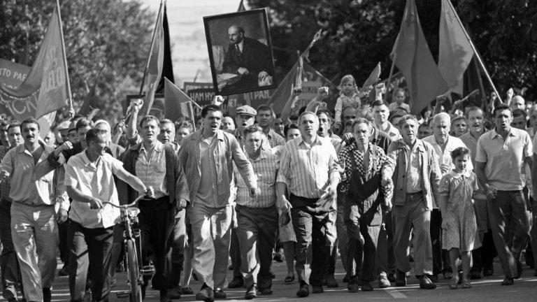"""""""Скъпи другари"""" Черно-бялата драма представя засекретения по съветско време погром на стачката в Новочеркаск. В центъра на филма е Людмила (Юлия Висоцка), отдадена комунистка, която бичува всичко, различно от нейната идеология. Стачката във фабриката, в която работи, обаче я хваща неподготвена. Стотици работници излизат по улиците на Новочеркаск, а Москва решава да отвърне на недоволството им със сила. Извършват се масови арести, убийства, хора изчезват безследно, а сред тях е и дъщерята на Людмила. Докато се опитва да открие детето си, убедеността ѝ в партийните повели започва малко по малко да се пропуква."""