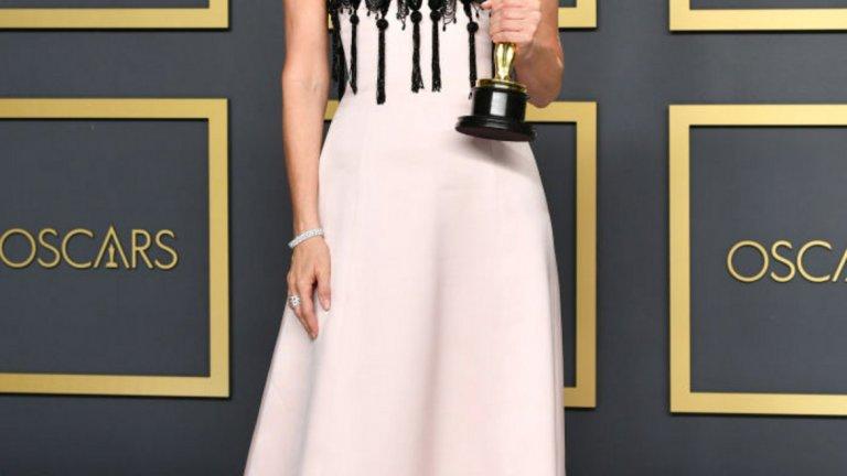 Лора Дърн   Актрисата грабна статуетката за поддържаща женска роля и вниманието със своята бледорозова рокля Armani.