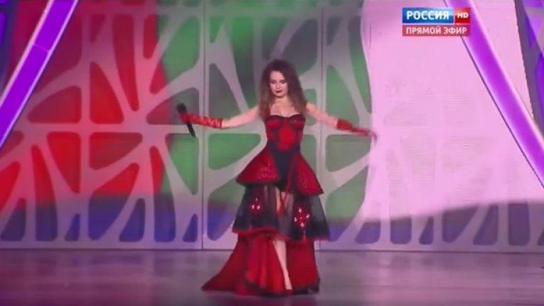 Невена Цонева на сцената пред обърнатия флаг