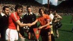 Христо Бонев и Йохан Кройф преди мача България - Холандия на световното от 1974 г. И двамата са в залата на славата със замразени номера - Бонев в Локо (Пд), Кройф - в Аякс. Неговият номер 14 се използва от холандския национален тим само на европейско и световно, защото ФИФА не разрешава да се пропусне от картотеката.