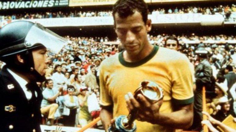 """На 25 октомври си отиде Карлос Алберто. Легендата на бразилския футбол почина на 72 години в Рио де Жанейро след сърдечен удар. Той беше капитан на отбора, спечелил световната титла през 1970 г. Във финала на турнира Карлос Алберто вкара и паметен гол след отлична атака на """"селесао"""". Бившият десен защитник записа 53 мача за Бразилия. На клубно ниво е шампион на страната с Флуминензе и Сантош, за който има повече от 400 двубоя. Карлос Алберто попадна в световния отбор на XX век, определен от ФИФА през 1998 г. През 2004 г. беше включен и в списъка на стоте най-велики живи футболисти."""