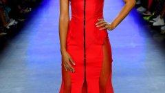 Огнено червено (Flame Scarlet) Смел, ярък, топъл и енергичен, този огненo червен оттенък излъчва увереност и безспорно дава заявка, че сте в модния тренд. На снимката: рокля на Chromat от колекция пролет/лято 2020, представена на Нюйоркската седмица на модата.