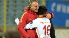 След последния съдийски сигнал той по детски изтича към треньора Ян Олде Рекеринк и го прегърна силно от благодарност.