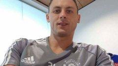 Тази снимка на Матич с екип на Юнайтед изтече в социалните мрежи, но трансферът още не е обявен официално. Някои привърженици смятат, че снимката е умел Photoshop фалшификат, но други са убедени в автентичността й