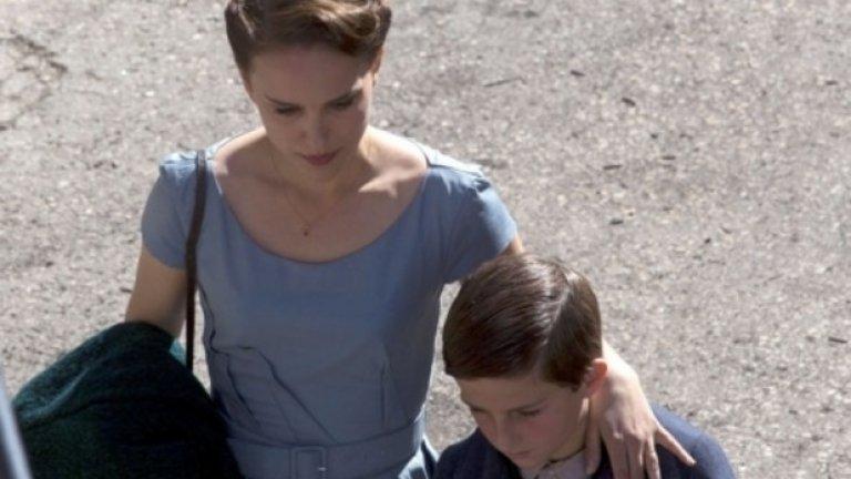 """""""История за любов и мрак""""/A Tale of Love and Darkness Режисьорският дебют на Натали Портман е адаптация на едноименната книга на израелския писател Амос Оз - автобиографичен разказ за детство в Йерусалим през ранните години на Израел. Портман, която е родена в този град, преди да се пресели със семейството си в САЩ на 3-годишна възраст, освен другото и играе във филма - нейна е ролята на майката на Оз. Би трябвало филмът да влезе в конкурсната програма дори и само заради престижа на Портман"""