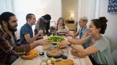 Социалната среда наистина влияе на това как човек яде