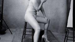 """Комедийната актриса Ейми Шумър е единственият полугол модел в новия календар на Pirelli, като тя се пошегува, че не """"разбрала целта на сесията""""."""