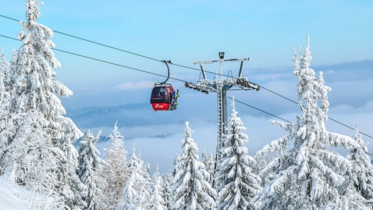 Стотици скиори останаха блокирани в лифт във Франция