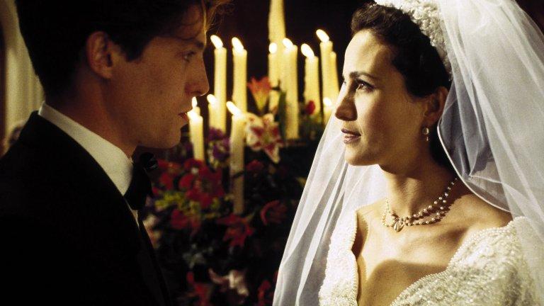 """""""Четири сватби и едно погребение"""" Режисьорът Ричард Къртис уцелва съвършено точния баланс между хумора и трагедията в живота, като създава този филм - история за група приятели, които нямат късмет в любовта. Докато късметът им не се променя."""