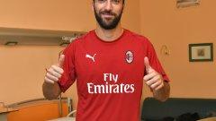 Игуаин вече позира с екипа на своя трети отбор в Италия след Ювентус и Наполи. Според медиите в страната, Милан ще плати 18 млн. евро за неговия наем с опция за откупуване за 36 млн.