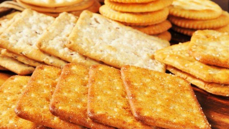 3. Бисквити, зърнени барове и други. Подобен тип храни не доставят нищо на организма, заменете ги с ядки, пастърма, кисело мляко, извара и плодове.