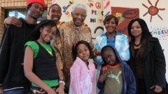 Нелсън Мандела с правнуците си. Зенани Мандела е първата от ляво в предната редица