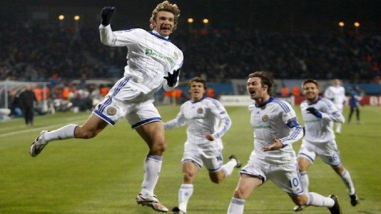 """Динамо Киев 1998/99 Динамо прекърши испанските гиганти Реал Мадрид и Барселона, но загуби на полуфиналите в Шампионската лига от Байерн Мюнхен с общ резултат 3:4. Ако украинците се бяха класирали на финала и бяха играли по същия начин, както през цялата кампания, можеха да повалят и Манчестър Юнайтед и така великият требъл от 1999-а никога нямаше да се случи. Но не би.  Онзи тим разполагаше с нападателно дуо Сергей Ребров и Андрий Шевченко. Шева бе взет от Милан през лятото и се превърна в легенда на """"росонерите"""", а капитанът Олег Лужни замина за Арсенал. Година по-късно, в Милан пристигна Кака Каладзе, а Ребров последва Лужни в Лондон, но подписа с Тотнъм."""