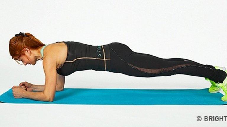"""Планк. Централната опора е упражнение, въведено във фитнес практиката от йога асаните. Движението е многоставно, но не изисква особено големи усилия, за да се научи в изометрична форма. Стягането на корема увеличава силата на всеки друг мускул в тялото. В източните бойни изкуства това явление се обяснява с повишената """"чи"""" енергия, когато коремът е под напрежение."""