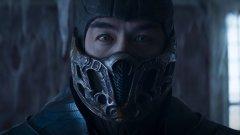 """Mortal Kombat (""""Смъртоносна битка"""") Кога: през април Къде: у нас по кината, на 23 април излиза в кината и HBO Max в САЩ  """"МОРТАЛ КОМБААААТ!"""" крещят душите на всички, пораснали през 90-те с джойпад в ръка. Именно те ще са и най-развълнувани от новия опит за създаване на добър филм по едноименната игра.  Главният герой тук е Коул Янг (нов персонаж, създаден специално за филма) - залязващ ММА боец, който се оказва цел за смразяващия (буквално) Съб-Зиро - член на клан убийци. Така Янг попада в компанията на бойци, избрани да защитават Земята от зъл завеовател. Как? В митичен боен турнир, естествено.   С оглед на видяното до момента новият Mortal Kombat може и да не впечатли със сценарий, но ще се опита да компенсира с кървави ръкопашни хватки. В голяма степен това и се иска от него."""