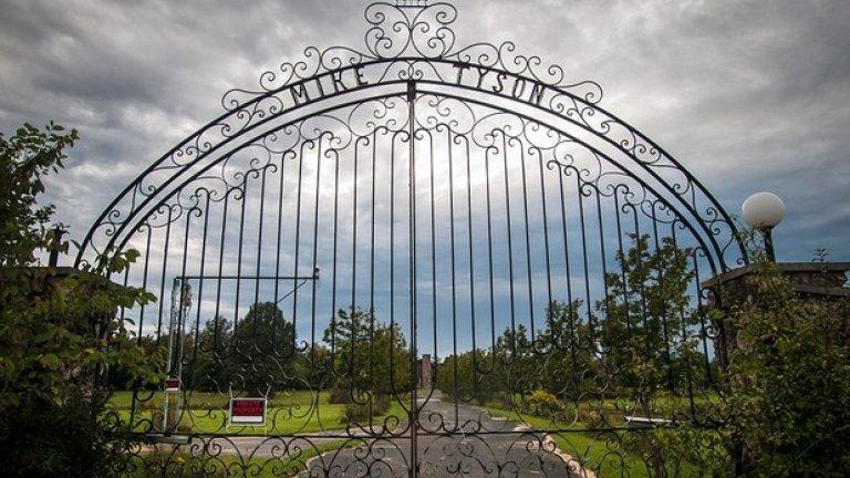 Железните врати на входа на вече бившия дом на Железния Майк