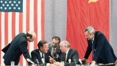 През лятото на 1991 г. съветската империя е в агония, която продължава вече няколко години. Във всяка от съставящите я 15 републики, включително Русия, има масови движения за независимост. Етнически конфликти и спорове за граници и територии избухват навсякъде; пролива се кръв.  Горбачов се лута между военни и мирни решения на възникващите кризи.