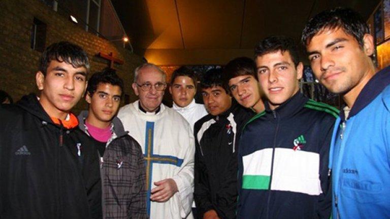 Папата като архиепископ на Буенос Айрес в обкръжението на юноши на Сан Лоренсо