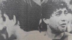 Защитникът на Ботев Благой Благнев плаче от мъка след загубения финал от Левски през 1984 г. в Кърджали. Пловдивчани отстъпват с 0:1, след като пропускат дузпа.