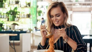 Не забравяйте, че италианската кухня разчита на прости и лесни съчетания, така че ако видите претрупана рецепта с твърде много продукти, знайте, че най-вероятно не е истински италианска.  Затова в галерията сме събрали девет храни, които смятаме за италиански, но не са: