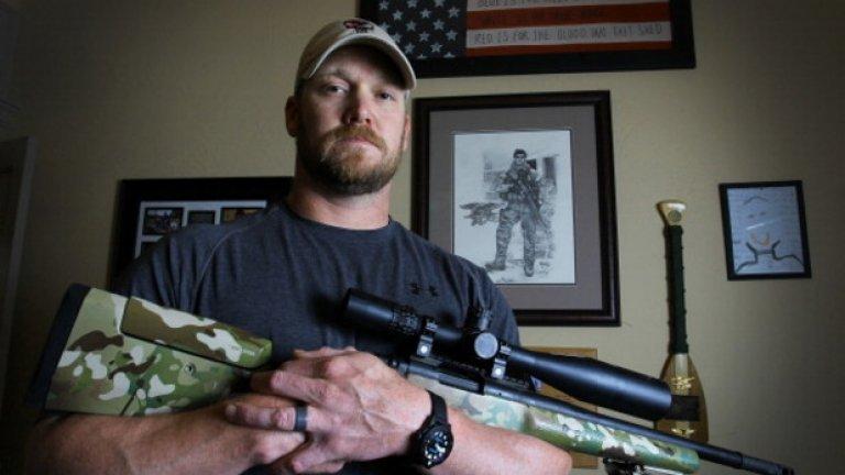 """Покойният Крис Кайл се превърна в емблема на """"тюлените"""". Оказва се обаче, че славният офицер е излъгал за броя на военните си отличия в книгата """"Американски снайперист""""."""