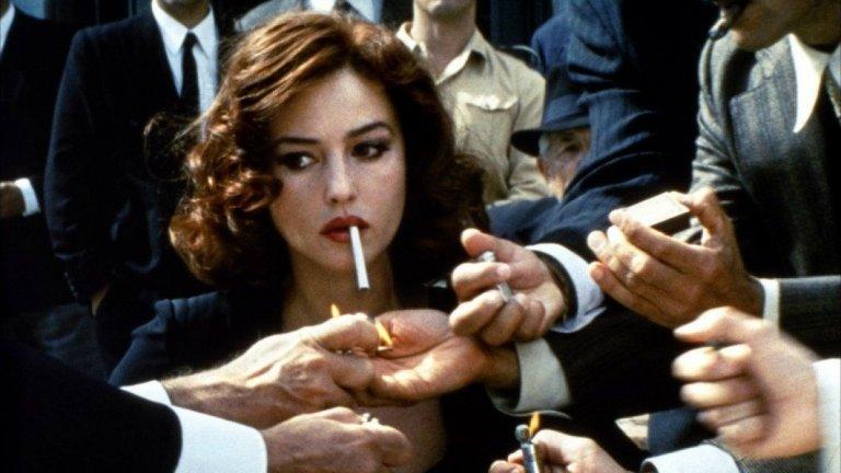 """Спомняте ли си този абсолютно иконичен кадър от """"Малена"""" на Джузепе Торнаторе? В същия този филм има сцена, в която едно 13-годишно момче мечтае за Моника Белучи и тя трябва да участва в сексуална сцена с него.  """"Беше истински некомфортно"""", казва тя, когато я питат за това от New York Post. Ролята обаче се оказва вододел в нейната кариера, която след Италия се завъртя и в орбитата на Холивуд. Днес обаче правим не преглед на ролите на актрисата, а такъв на малко познатите факти в живота ѝ - както тя самата казва, да разчиташ единствено на красотата си, означава да имаш 5 минути слава. Е, тя е вече на 56 години и далеч не е забравена."""