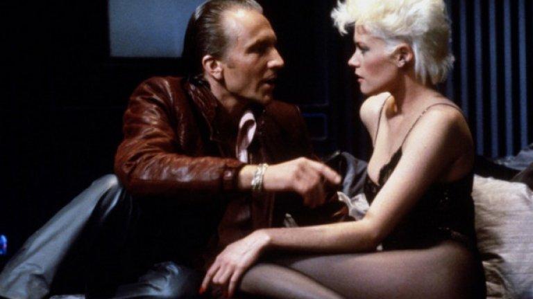 """""""Body Double"""" (1984) Режисьор: Браян Де Палма Участват: Крейг Уасън, Мелани Грифит Класически еротичен филм на големия Браян Де Палма, който обаче не намира място в популярните филмографии на режисьора. Сценарият се върти около нормален мъж, който обаче се превръща в истински воайор, докато си седи в къщи и скоро потъва в подземния свят на секса и порнографията"""